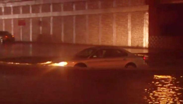 En Corpus Christi las inundaciones hicieron necesaria la intervención de rescatistas. (Foto Twitter(@ksatnews).