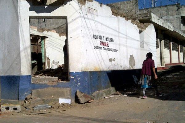 <p>Vecinos intentan volver a la normalidad entre escombros y tristeza. (Foto Prensa Libre: Antonio Barrios)</p>