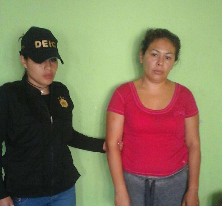 Angélica Irene López Marín, en el momento de su detención.( Foto Prensa Libre: PNC)