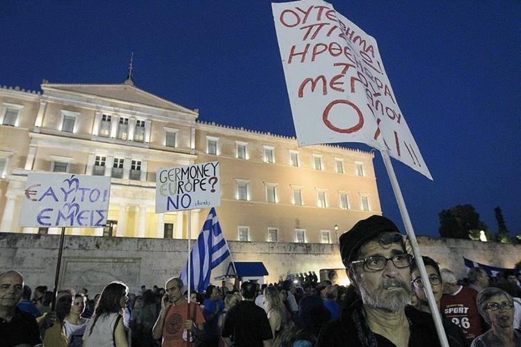 Votantes griegos decidirán en un referéndum  si su gobierno debe aceptar un paquete de reformas. (Foto Prensa Libre: EFE)