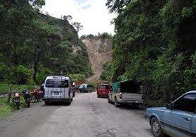 Deslaves del Cerro Lec han causado que vehículos se queden varados por varias horas. (Foto Prensa Libre: Ángel Julajuj)