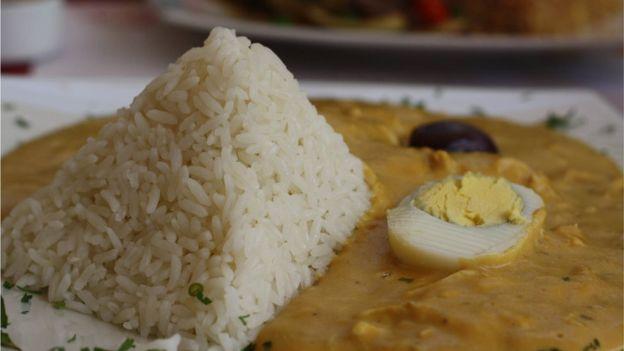 El ají de gallina es uno de los platos típicos de la comida peruana que adquiere su color amarillo característico gracias al uso de cúrcuma. (GETTY IMAGES)