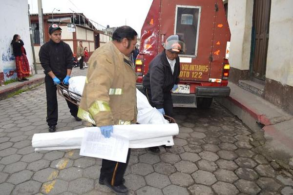 """<p>Bomberos trasladan a la morgue el cadáver de una mujer que murió de hipotermia en Totonicapán. (Foto Prensa Libre: Édgar Domínguez). <br _mce_bogus=""""1""""></p>"""