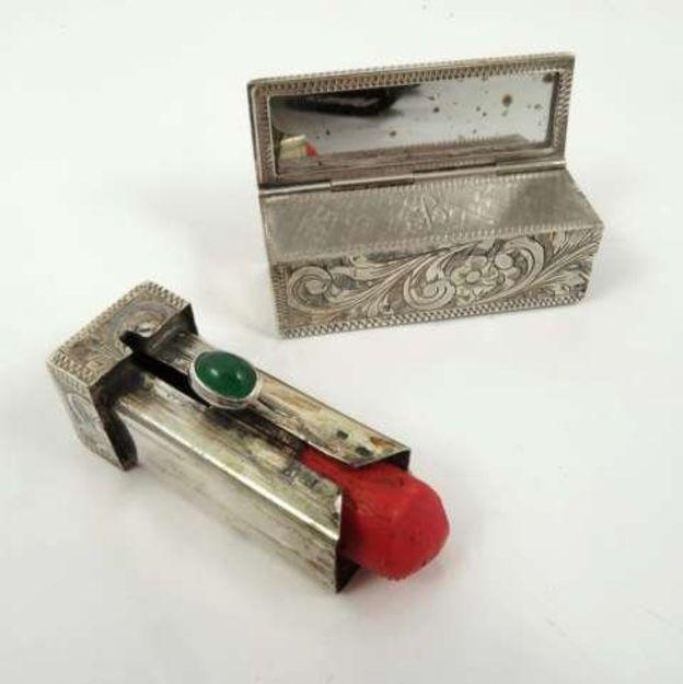 También se subastó una pequeña caja de plata con espejo y un portalápiz de labios de plata, que todavía contiene la barra color rojo brillante que usaba la señora Hitler. PHILLIP SORRELL