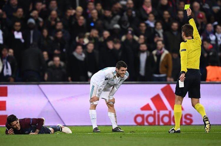 El árbitro amonesta a Mateo Kovacic por una falta sobre Ángel Di María.