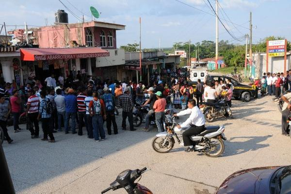 <p>Curiosos y autoridades en la escena del crimen, en Sayaxché, Petén. (Foto Prensa Libre Rigoberto Escobar)</p>