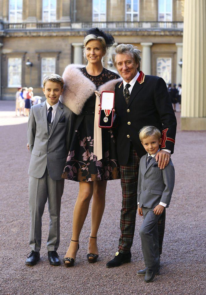 Rod Stewart junto a su esposa Penny Lancaster y sus hijos Alastair y Aiden en el Palacio Buckingham en Londres. (Foto Prensa Libre: EFE)