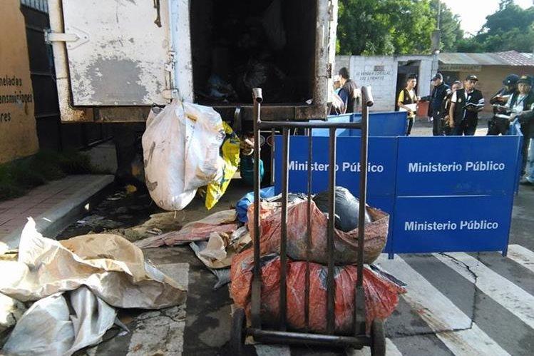 El cuerpo de Jorge Luis Salvador Herrera, quedó tendido a un lado del camión de basura en el que trabajaba. (Foto Prensa Libre: Estuardo Paredes)
