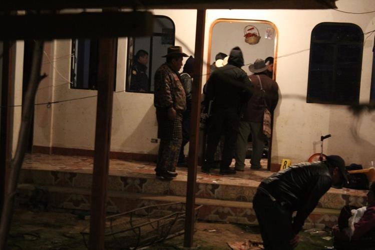 Investigadores de la PNC recaban evidencias en vivienda donde fueron localizados los cadáveres de una mujer y un menor, en la cabecera de Sololá. (Foto Prensa Libre: Ángel Julajuj)