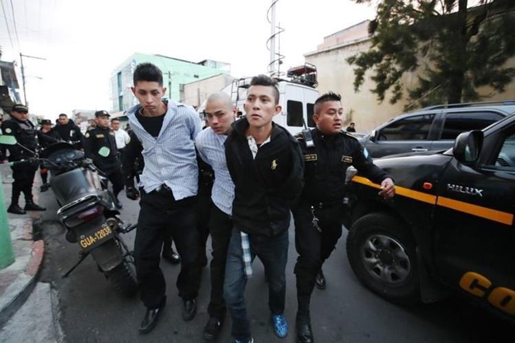 Los tres presuntos pandilleros del Barrio 18 que perpetraron el ataque en la zona 18, fueron llevados por la Policía a un juzgado de turno. (Foto Prensa Libre: Paulo Raquec)