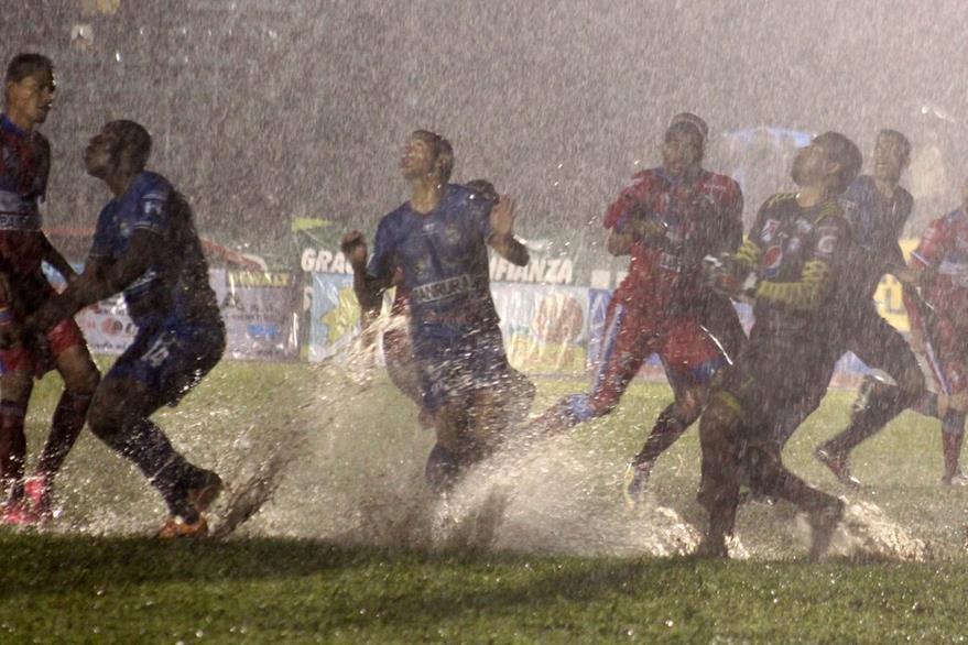 COBÁN, ALTA VERAPAZ - Buena cantidad de agua se acumuló en el terreno de juego. Foto Prensa Libre: Eduardo Sam Chun