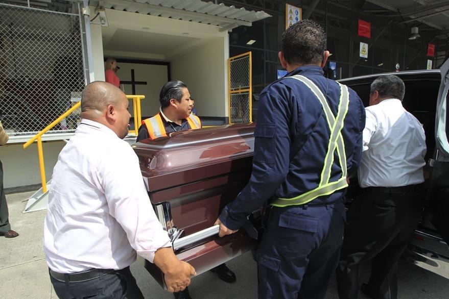 El cuerpo de Miriam VŽliz, quien resid'a en Nueva York, Estados Unidos fue recibido por familiares en el aeropuerto luego de que fuera supuestamente quemada por su novio quien est‡ pr—fugo de la justicia.  Foto: Edwin Berci‡n
