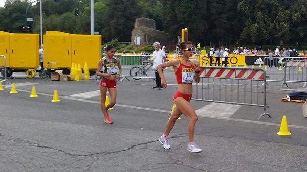 Liu (derecha) y la mexicana González, en competencia. (Foto Prensa Libre: Twitter Iaaf)