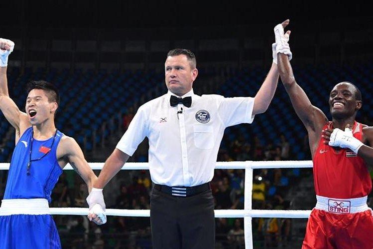 La felicidad de Lu Bin era evidente al momento de de declarar al ganador en el duelo con Mungai Warui. (Foto Prensa Libre: AFP)