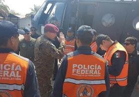 Un helicóptero de la Policía Federal Mexicana arriba a Petén para apoyar el cambate contra los incendios forestales. (Foto Prensa Libre: Rigoberto Escobar)