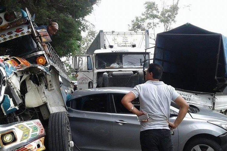 Seis vehiculos, un bus y un trálier chocan en el kilómetro 19 ruta Interamericana; hay cuatro heridos según el reporte de los cuerpos de socorro. (Foto Prensa Libre: Emixtra)