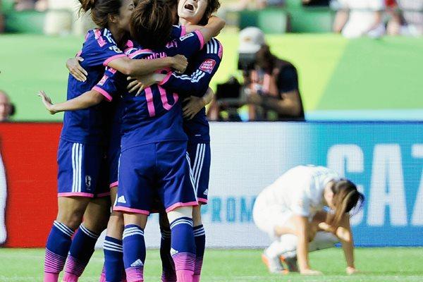 Las jugadoras japonesas festejaron a lo grande el pase a la final. (Foto Prensa Libre: EFE)