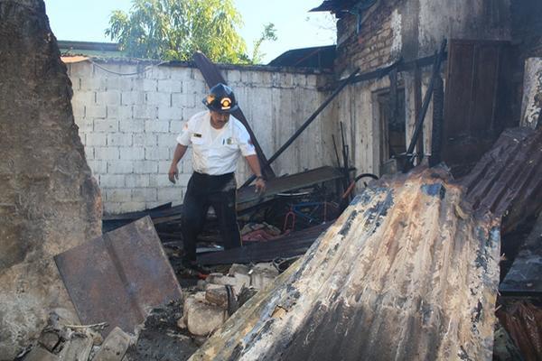<p>Rescatistas lograron evitar que el fuego se extendiera a otros dos inmuebles. (Foto Prensa Libre: Melvin Sandoval)<br></p>