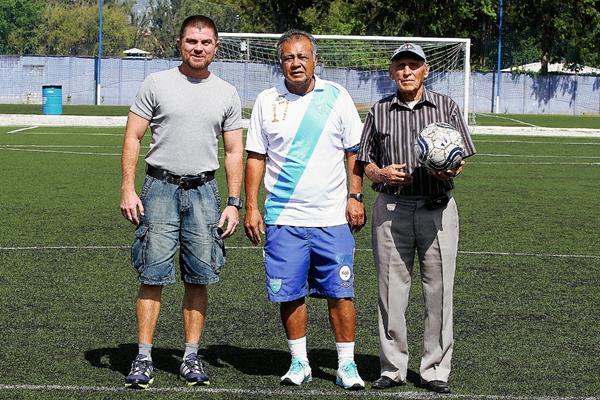 Francisco Pinula Contreras, Óscar el Conejo Sánchez y Juan Manuel Funes, tres generaciones unidas por la Selección Nacional de Guatemala. (Foto Prensa Libre Fernando López R.)