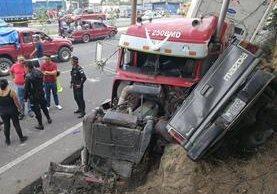 Tráiler causa accidente de tránsito en la carretera Interamericana. (Foto Prensa Libre: Álvaro Interiano)