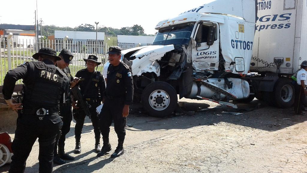 Tráiler involucrado en el accidente registrado en el kilómetro 159.5 de la ruta al suroccidente. (Foto Prensa Libre: Melvin Popá).