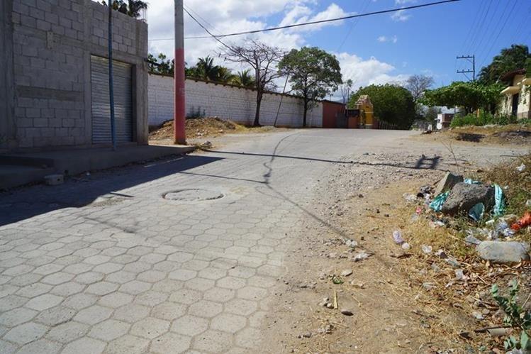 Basura se observa en una de las calles de la colonia Shoropín en Chiquimula. (Foto Prensa Libre: Mario Morales)