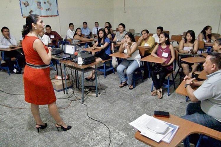 Instructora empresarial imparte taller a estudiantes en escuela comercial de Mazatenango.