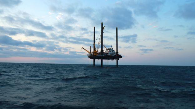 El equipo de perforación estuvo en la estación en el Golfo en abril y mayo del año pasado. BARCROFT PRODUCTIONS/BBC