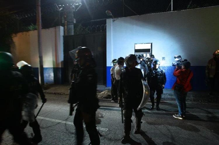 Agentes antidisturbios salen del centro correccional Las Gaviotas luego de verificar que no había disturbios. (Foto Prensa Libre: Álvaro Interiano).