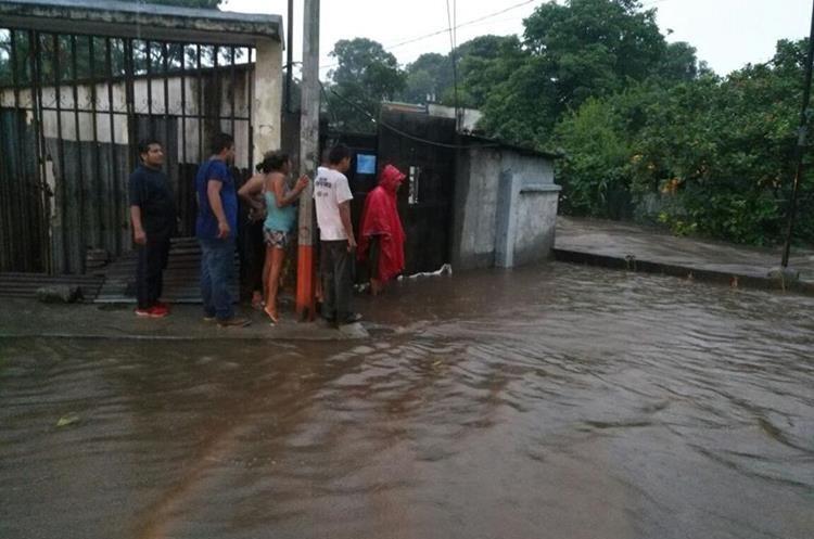 Vecinos afectados esperan que se les brinde ayuda, ya que perdieron varias pertenencias.  (Foto Prensa Libre: Rolando Miranda)