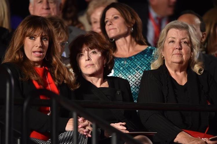 Paula Jones (I), Kathleen Willey (C) and Juanita Broaddrick (D) escuchan el segundo debate presidencial entre Donald Trump y Hillary Clinton. (Foto Prensa Libre: AFP).