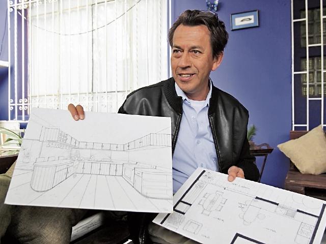 Carlos Pérez diseña muebles a base de palets.