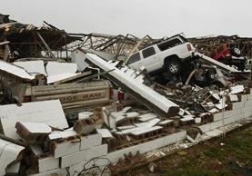 Un edificio y varios vehículos quedaron dañados por el paso del huracán Harvey golpeó Rockport,Texas. (AFP).