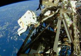 El astronauta  Terry Virts es fotografiado durante su tercera caminata espacial fuera de la Estación Espacial Internacional. (Foto Prensa Libre: AP)