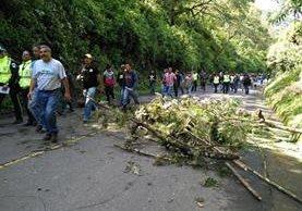 Pobladores bloquearon el paso hacia Panajachel, por al menos ocho horas. (Foto Prensa Libre: Ángel Julajuj)