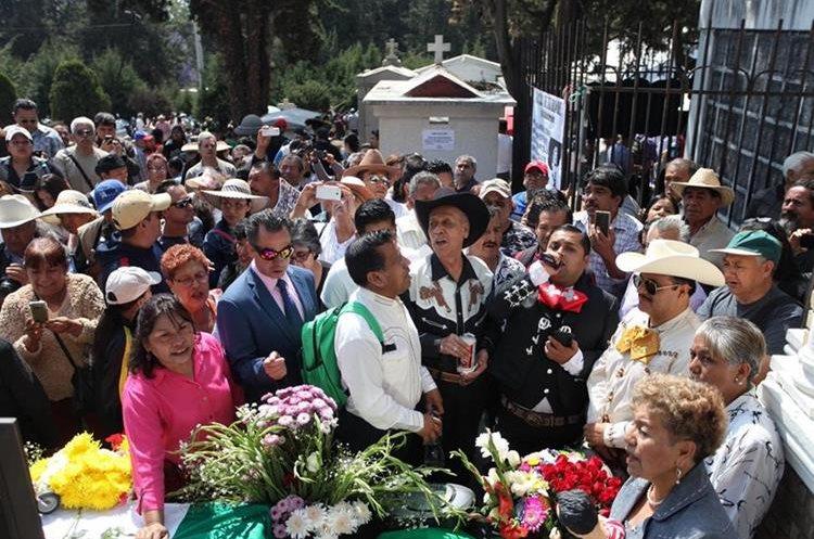 Seguidores del cantante Pedro Infante se reunieron para conmemorar la fecha de la muerte del artista (Foto Prensa Libre: EFE).