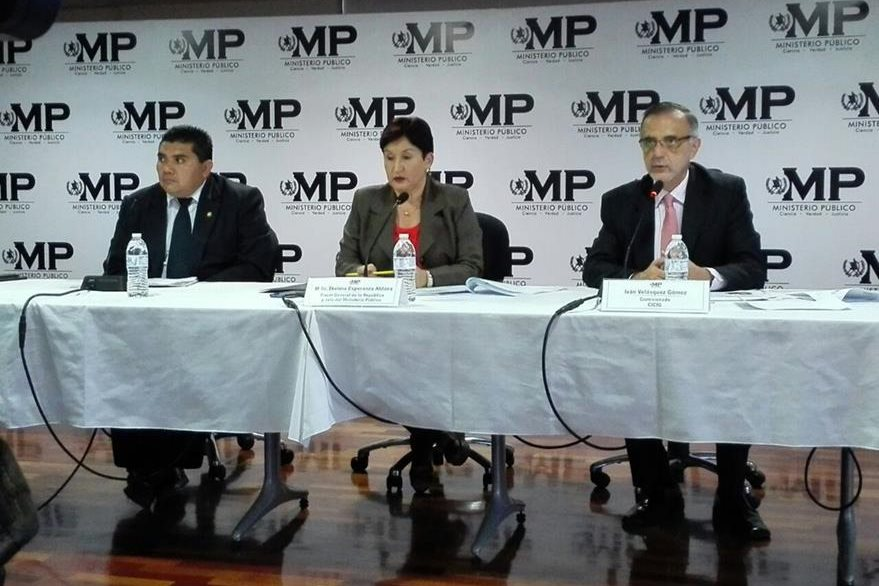 El viceministro de Gobernación Elmer Sosa -izquierda-, la Fiscal General Thelma Aldana y el jefe de la Cicig Iván Velásquez ofrecen detalles de la investigación. (Foto Prensa Libre: E. Bercián)