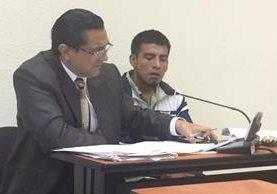 Benjamín Mejía –derecha– escucha condena junto a abogado defensor en el Tribunal de Sentencia de Quetzaltenango. (Foto Prensa Libre: María José Longo)