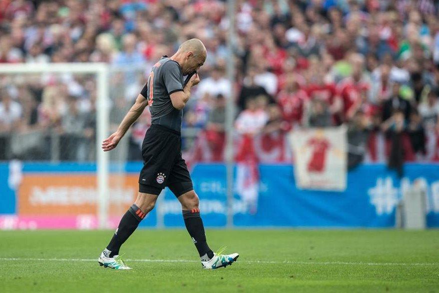 """Robben tuvo que salir del terreno de juego por un """"tirón"""". (Foto Prensa Libre: EFE)"""