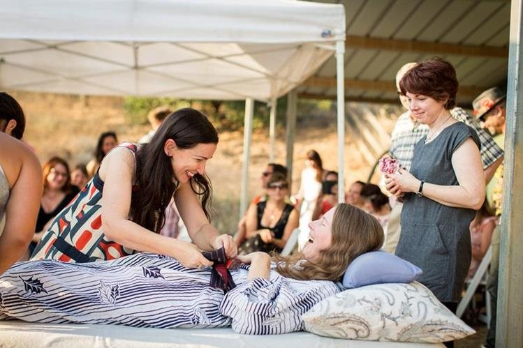 Betsy Davis recibió los regalos de los amigos asistentes a su última fiesta. (Foto Prensa Libre: AP).