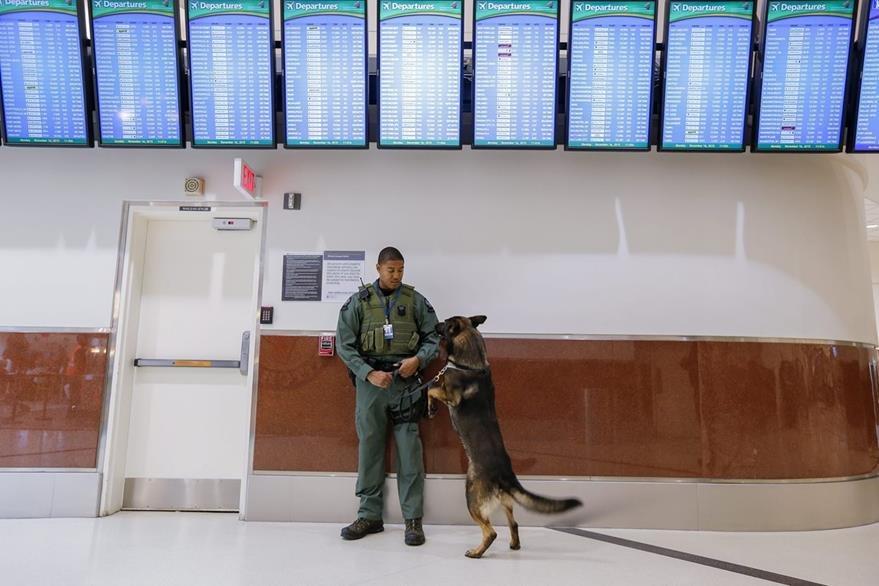 Un policía vigila el aeropuerto internacional de Hartsfield-Jackson en Atlanta, Georgia. (Foto Prensa Libre: EFE).
