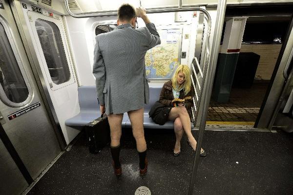 """<p>Dos participantes del evento anual de viajar en ropa interior son captados en el metro de Nueva York. (Foto Prensa Libre: AFP)<br _mce_bogus=""""1""""></p>"""