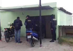 Los allanamientos se llevan a cabo en la zona urbana de Quetzaltenango. (Foto Prensa Libre: Policía Nacional Civil)