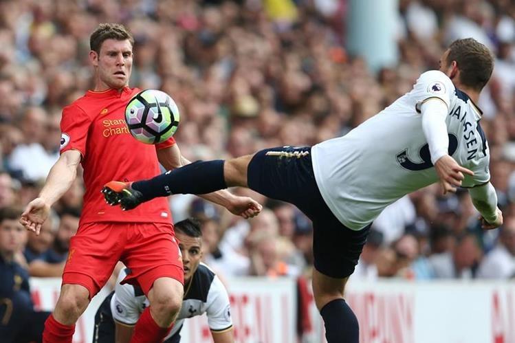 Milner, de lado izquierdo, anotó para el Liverpool esta tarde en White Hart Lane. (Foto Prensa Libre: AFP)