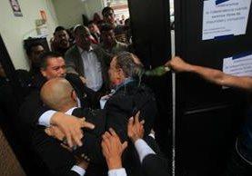 Echan un líquido verde a Fernando Linares. (Foto Prensa Libre: Estuardo Paredes)