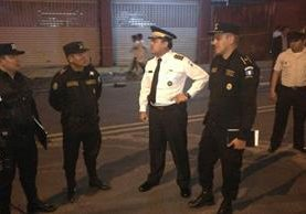 Autoridades de la Policía Nacional Civil (PNC) llegaron anoche al lugar del ataque en la zona 7. (Foto, Prensa Libre: Twitter de PNC)