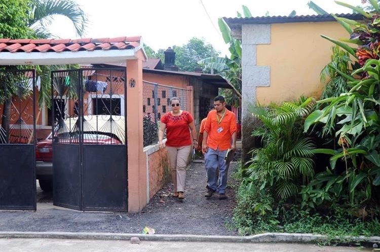 Trabajadores del Juzgado de Paz de Santa Cruz Muluá verifican la denuncia de violencia contra menores en  la vivienda donde vivía la niña de 12 años en la comunidad Los Brillantes. (Foto Prensa Libre: Rolando Miranda)