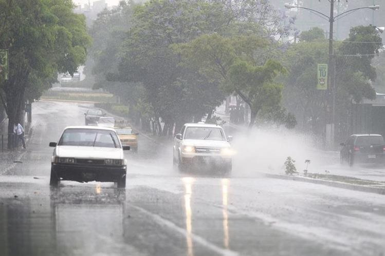 La capital será afectada por lluvias las tardes de este fin de semana. (Foto Prensa Libre: HemerotecaPL)