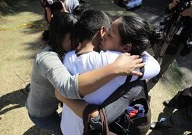 Familias se abrazan ante tragedia. Niños y niñas del Hogar Seguro Virgen de la Asunción sobrevivientes al incendio fueron trasladados a otros centros. (Foto, Prensa Libre: Carlos Hernández)