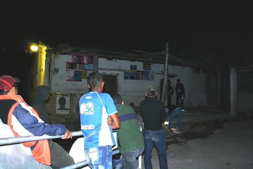 Las autoridades investigan la muerte de Juan Alberto Gómez, en El Limón, San Antonio La paz, El Progreso. (Foto Prensa Libre: Héctor Contreras)